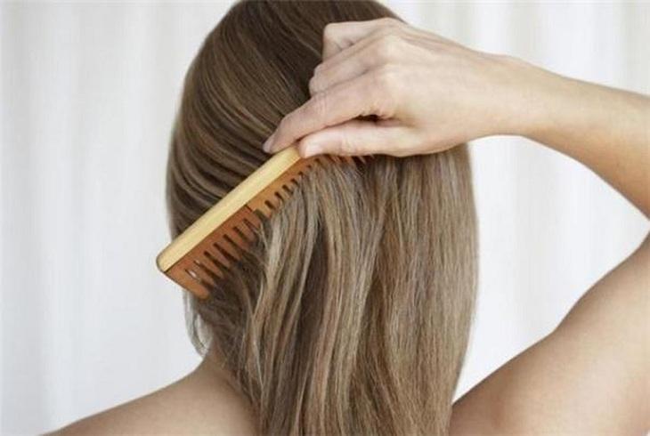 Chỉnh nếp tóc trước khi đội mũ bảo hiểm