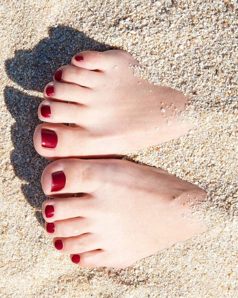 Màu sơn móng chân làm trắng ngăm