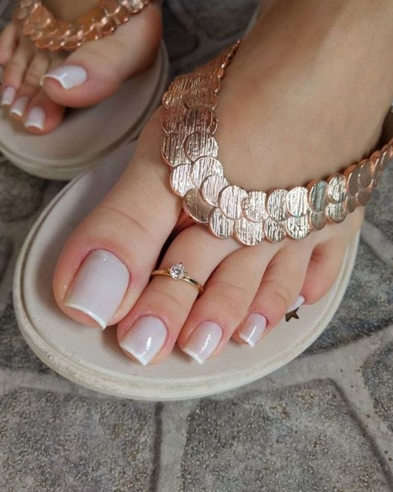 Màu sơn nude tôn lên đôi chân trắng