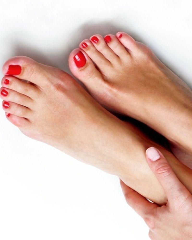 Móng chân tông màu đỏ rượu