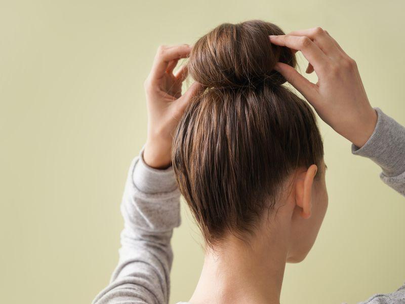 Búi tóc giúp bạn thoải mái và giữ được nếp tóc uốn khi ngủ