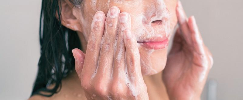 Massage mặt để giúp da dược làm sạch sâu