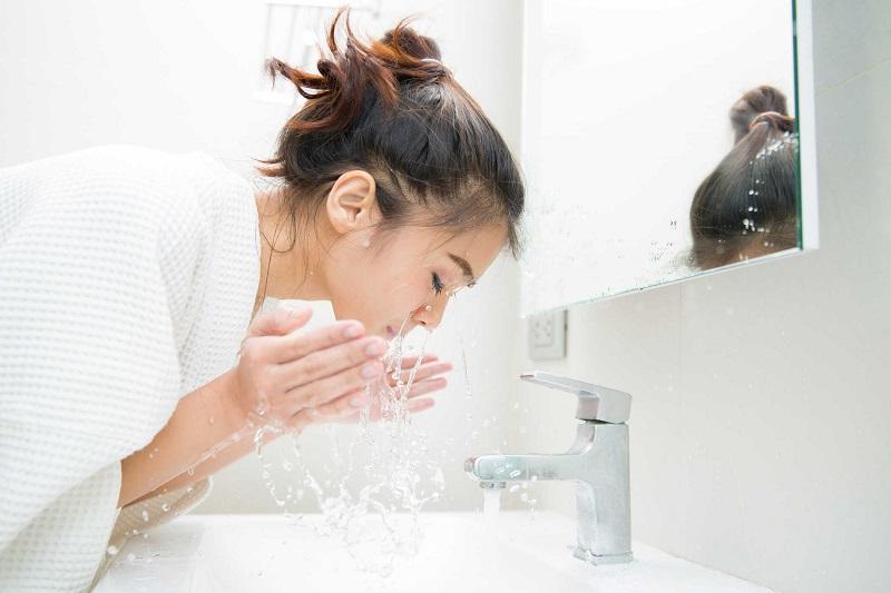 Rửa mặt lại bằng nước sạch