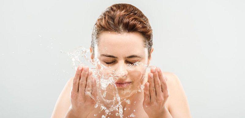 Bước cuối cùng của cách rửa mặt đúng cách để trị mụn