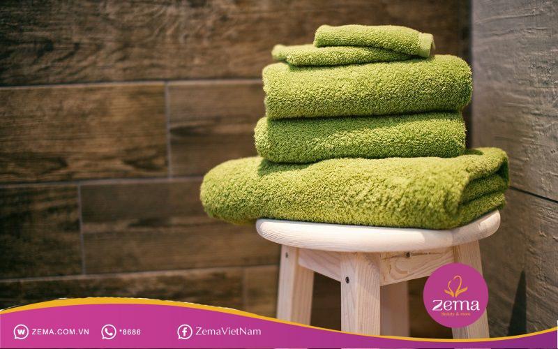 Cách tạo nếp tóc 7 3 bằng khăn tắm, bạn đã thử chưa?