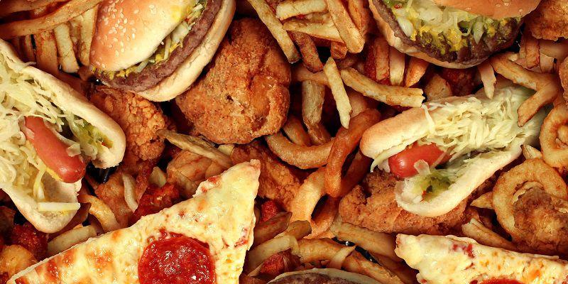 Chế độ ăn uống thiếu khoa học cũng khiến da bị khô