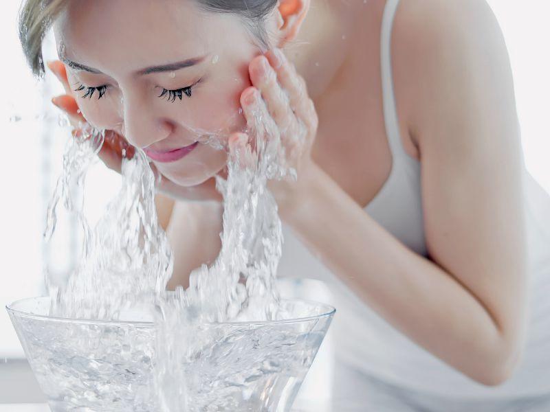 Rửa sạch da mặt trước khi xông hơi để có hiệu quả tốt nhất