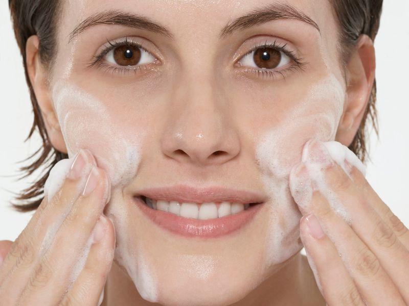 Sử dụng sữa rửa mặt phù hợp để bảo đảm an toàn cho da