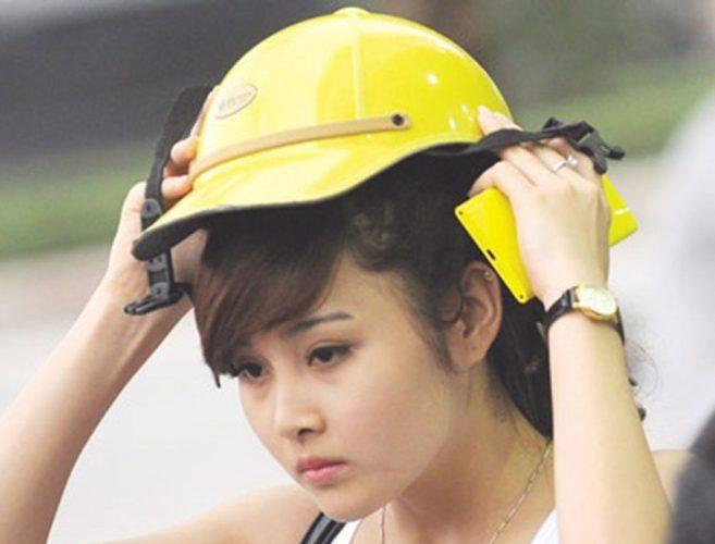 Cách làm cho mái tóc vào nếp dù đội nón bảo hiểm