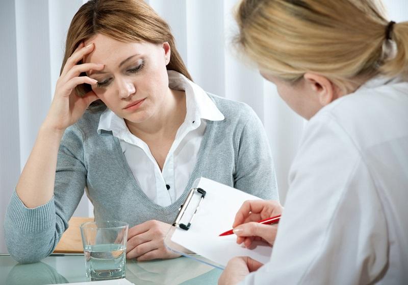 Gặp bác sĩ hoặc những người có chuyên môn để được tư vấn kem trị sẹo rỗ hiệu quả