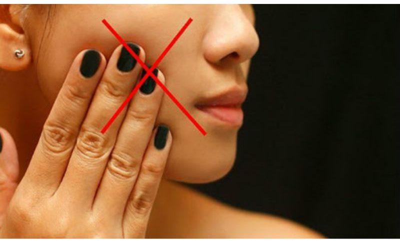 Hình 6: Tránh hạn chế tối đa chạm tay lên những vết mụn