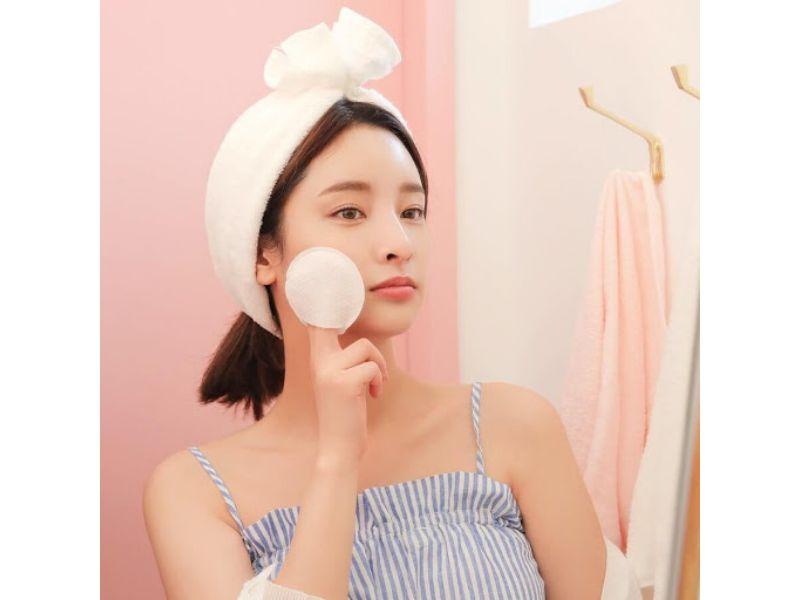 Hình 2: Làm sạch da sau khi nặn mụn