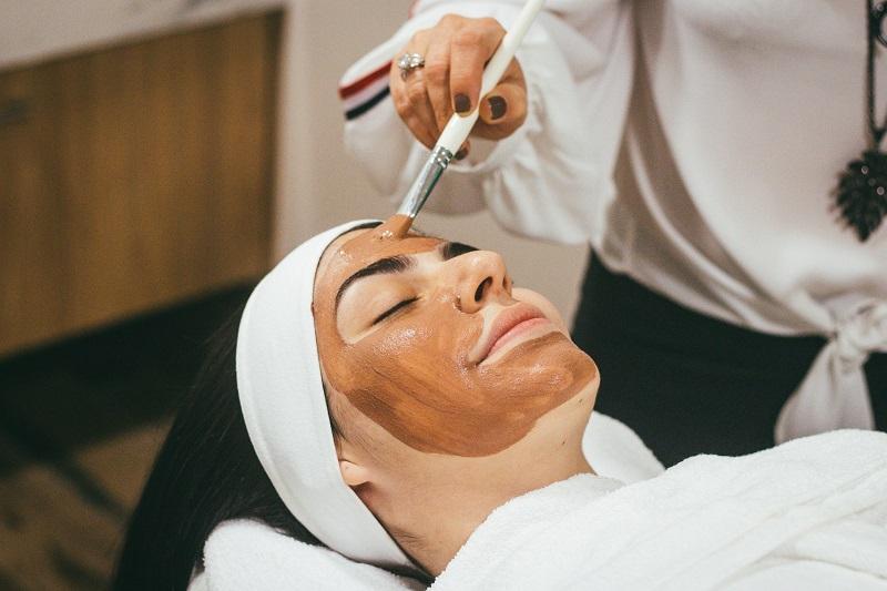 Đắp mặt nạ đất sét giúp da mặt căng mịn hết mụn