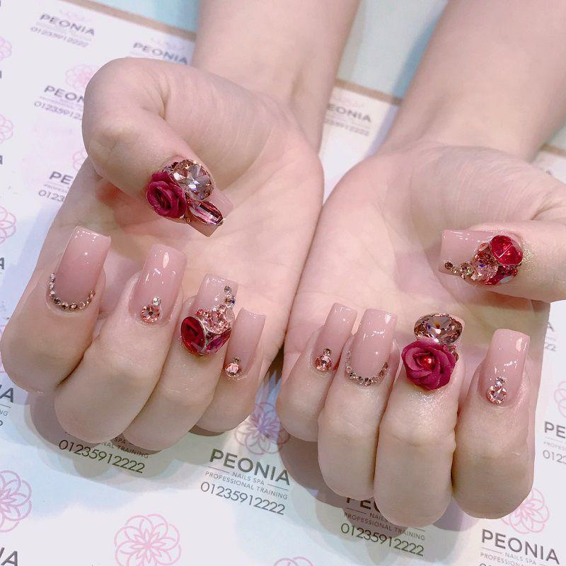 Việc tạo điểm nhấn ở một vài ngón sẽ tạo nét đẹp nhẹ nhàng, tinh tế và làm nổi bật cho ngón tay đính đá