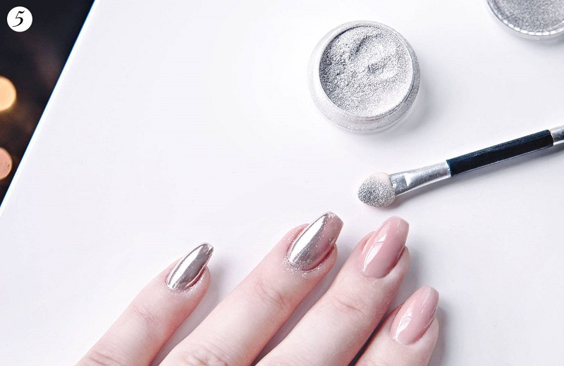 Một mẫu nail không có quá nhiều họa tiết nhưng vẫn làm sáng đôi tay của bạn