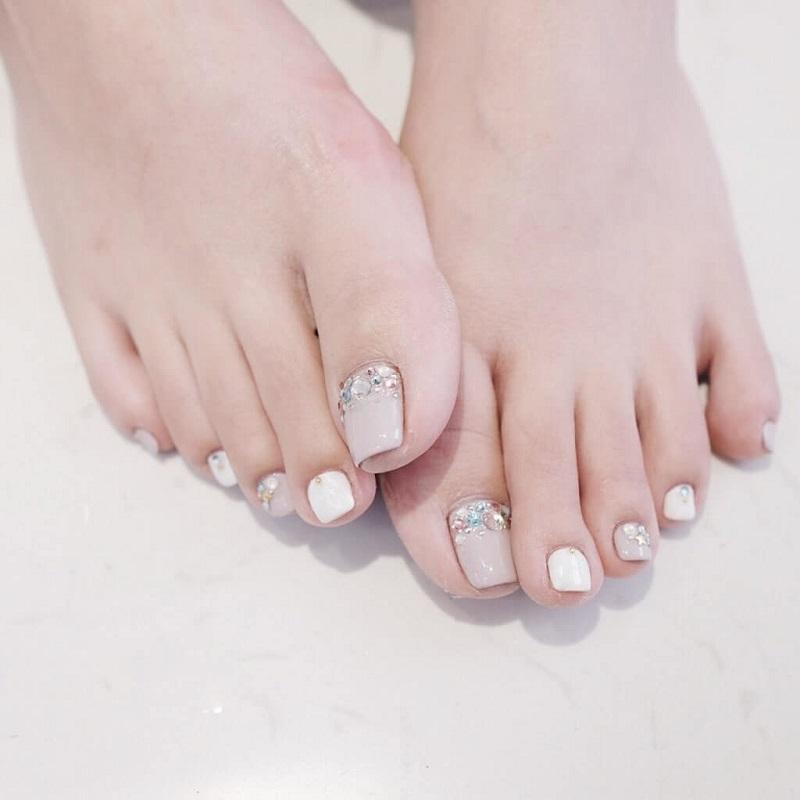 Sang trọng với mẫu sơn móng chân đính đá