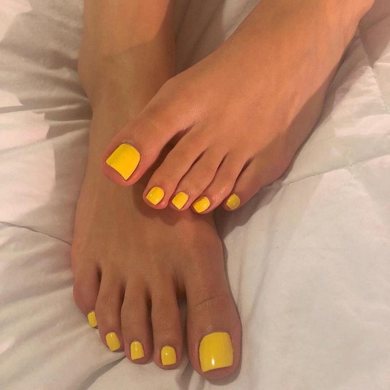 Mẫu sơn móng chân xinh màu vàng vô cùng nổi bật