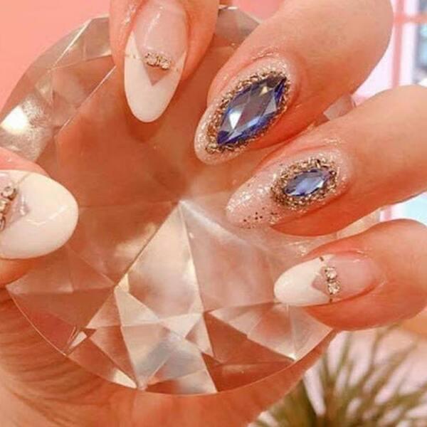 Mẫu nail đính đá phù hợp với những cô nàng yêu thích vẻ đẹp cầu kỳ