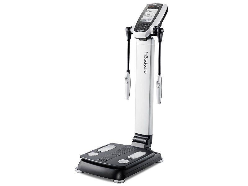 Dùng máy đo cân nặng và chẩn đoán lượng mỡ thừa trong cơ thể
