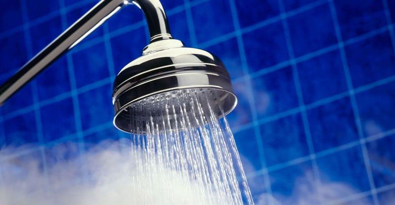 Hãy bắt đầu với việc rửa mặt bằng nước ấm