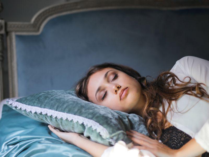 Sử dụng gối lụa để ngủ giúp giữ nếp tóc uốn hiệu quả