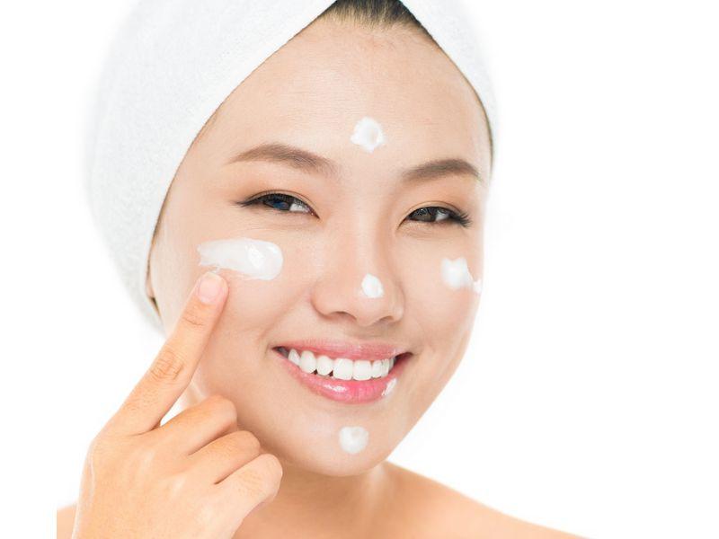 Hình 4: Chăm sóc da sau khi nặn mụn với sản phẩm đặc trị phù hợp