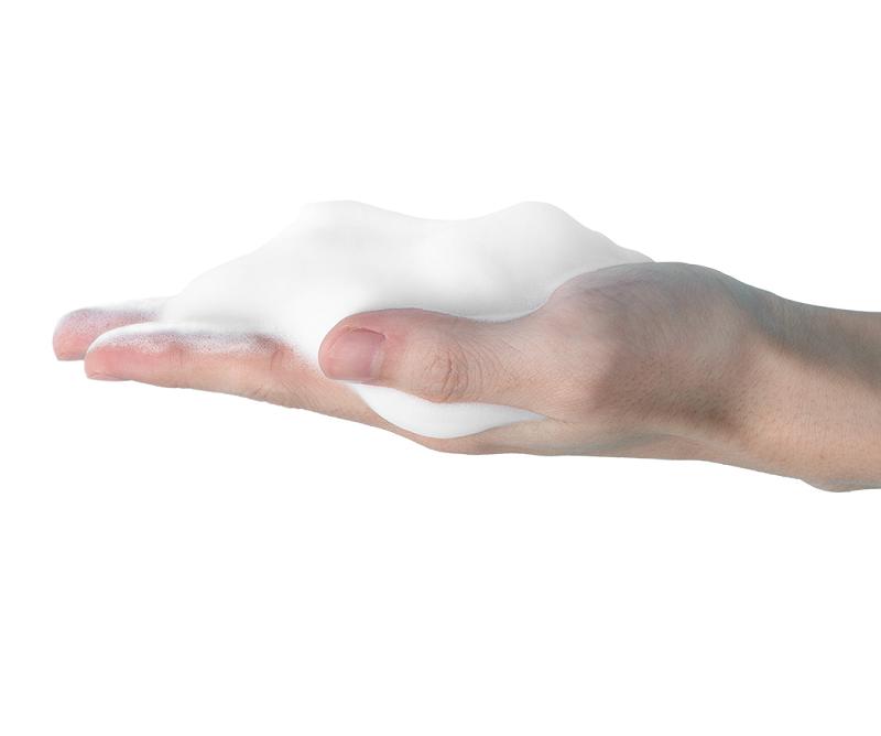 Sau đó tạo bọt sữa rửa mặt trước khi thoa lên da