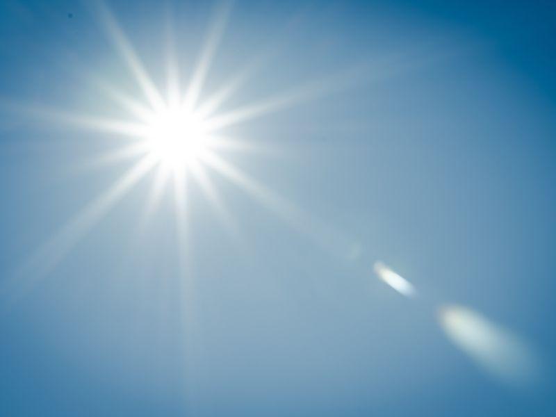 Ánh nắng mặt trời là một trong những nguyên nhân khiến sẹo bị thâm
