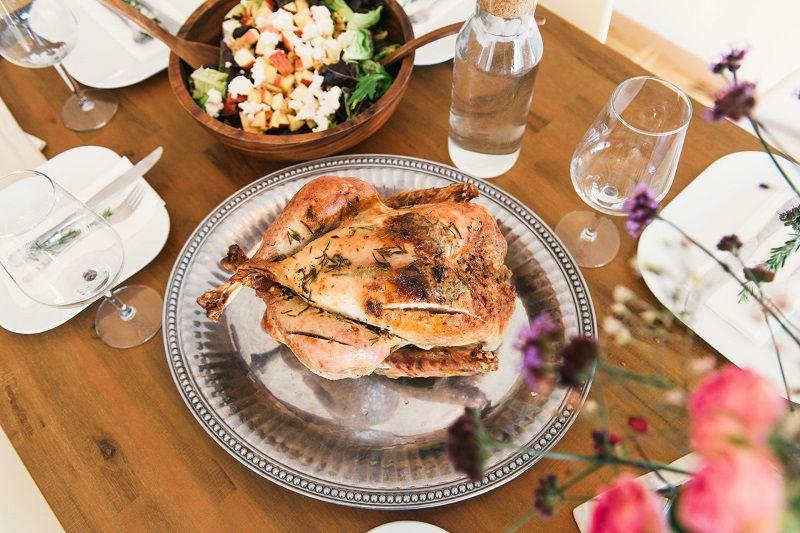 Bị mụn ăn thịt gà có sao không là vấn đề nhiều bạn quan tâm