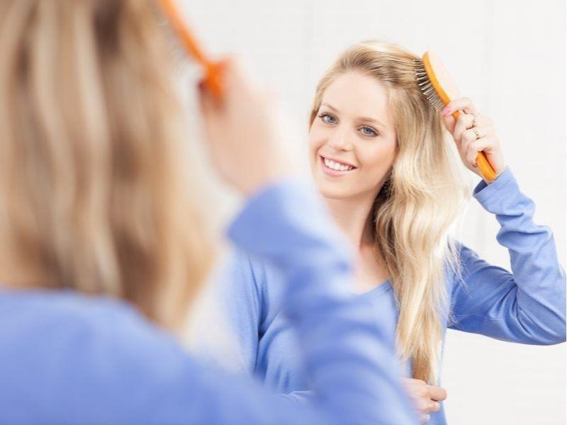 Dùng lược bàn chải cho tóc layer thẳng tự nhiên