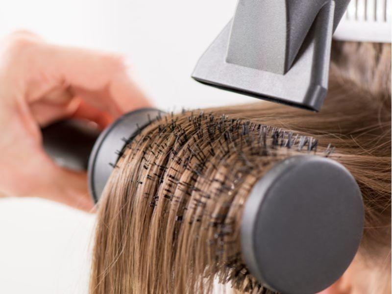 Dùng lược dạng tròn cho tóc layer xoăn