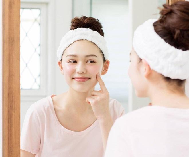 Kẹp tóc lên khi chăm sóc da