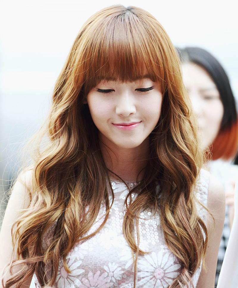 Chuẩn trend của các hot girl Hàn quốc tóc uốn xoăn và mái thưa