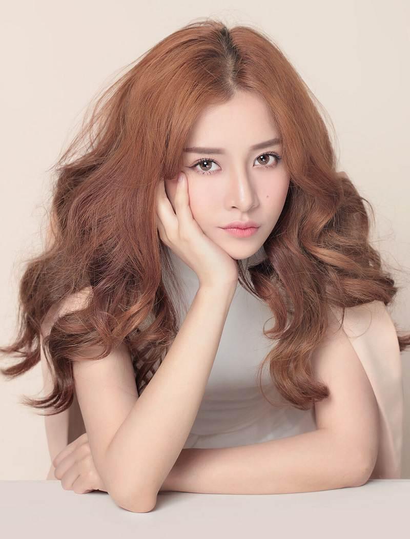 Mái tóc xoăn lọn to bồng bềnh cho nàng nét quyến rũ