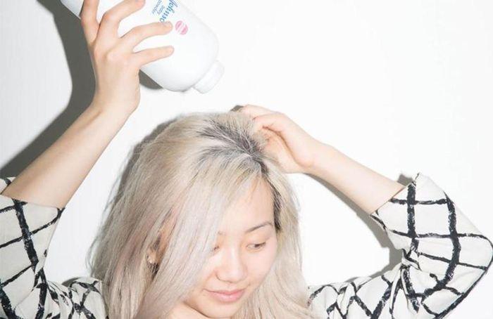 Sử dụng phấn rôm cho tóc mái bị bết
