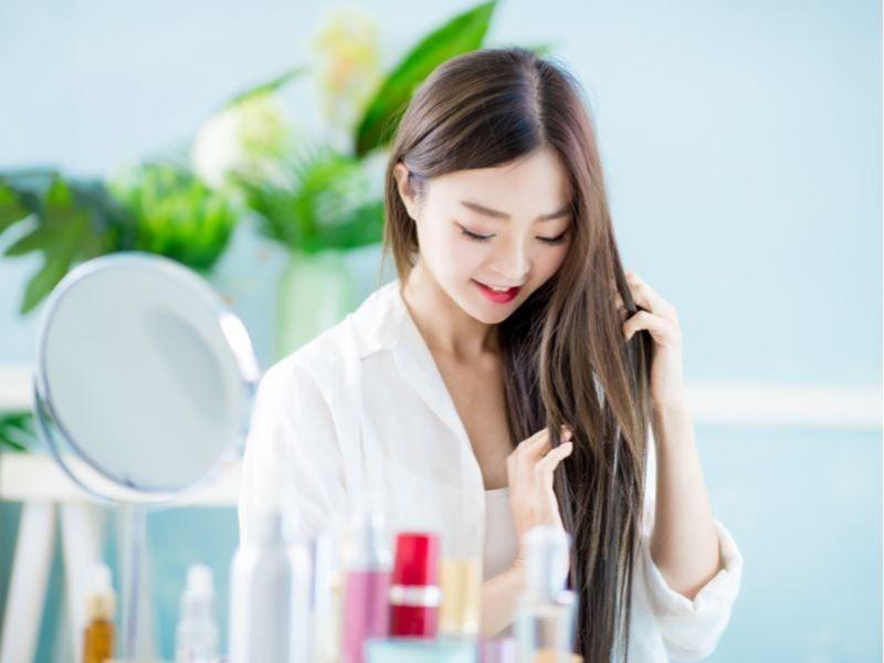 Dùng serum dưỡng tóc để mái tóc layer khỏe, mượt hơn