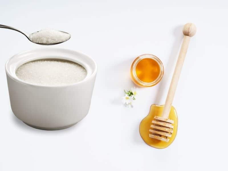 Chưng mật ong và đường dùng để đắp mặt nạ tẩy lông mặt