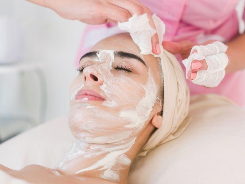 Nên tẩy tế bào chết trên da thật sạch trước khi tẩy lông