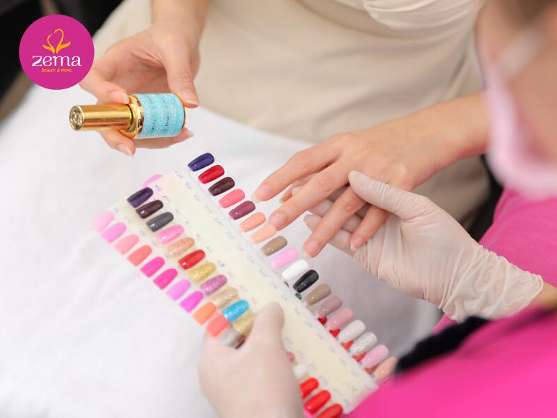 Khách hàng được tư vấn chọn màu nail phù hợp tại Zema Việt Nam
