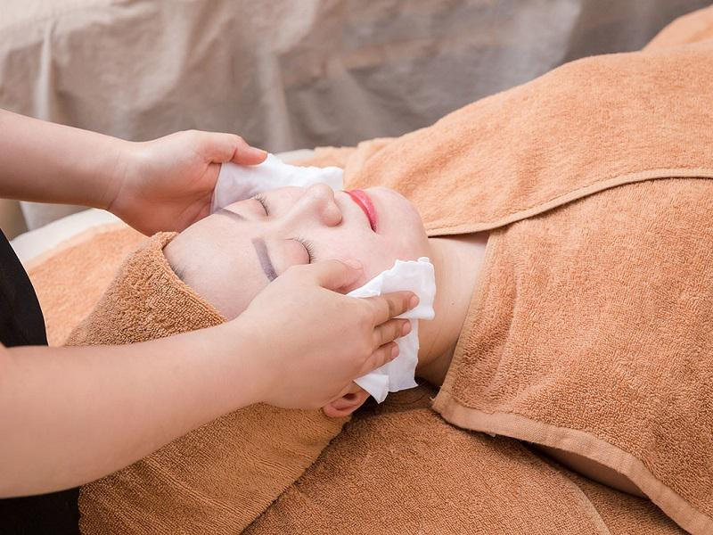 Làm sạch da mặt trước khi thực hiện các bước tiếp theo