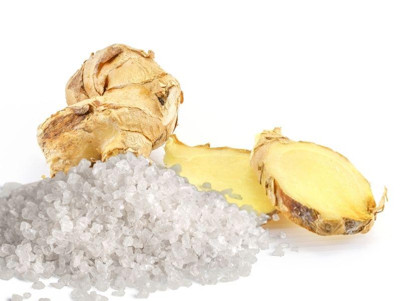Gừng rang muối hạt chườm bụng giảm mỡ.