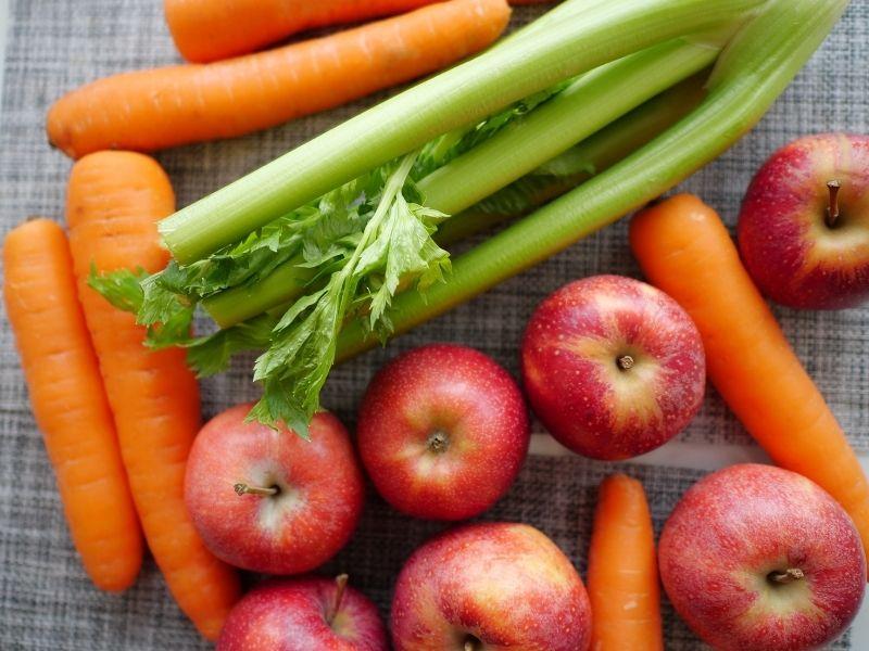 Mix táo, dưa leo, cà rốt với cần tây để ép nước ngon hơn