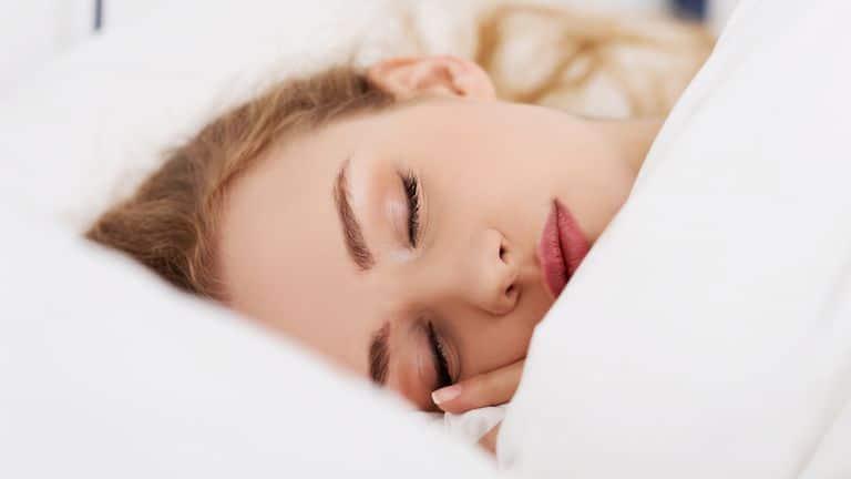 Ngủ đủ 8 tiếng hoặc 5-6 tiếng ngủ sâu.