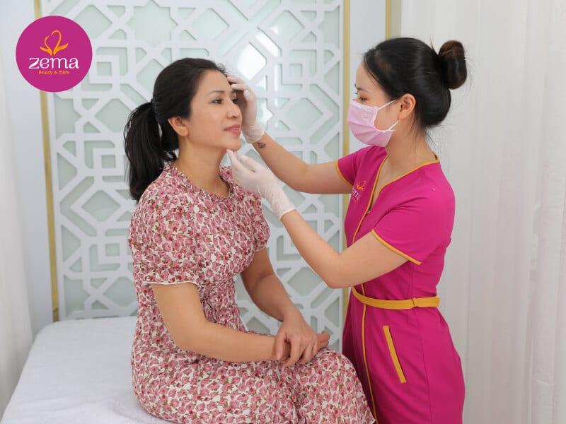 Khách hàng được khám da trước khi thực hiện trẻ hoá da