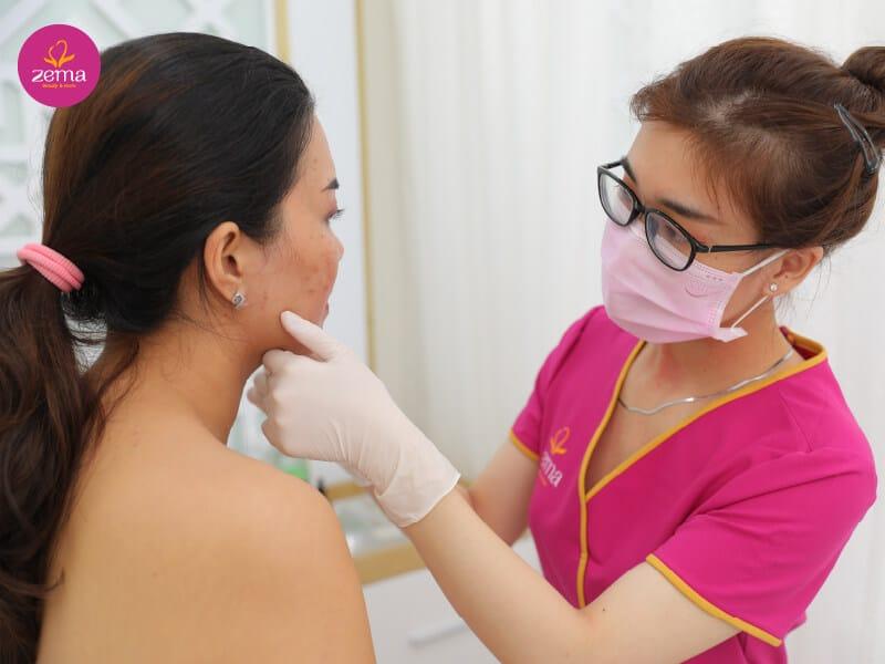 Khách hàng đang trong quy trình thăm khám da trước khi trị mụn tại Zema Việt Nam