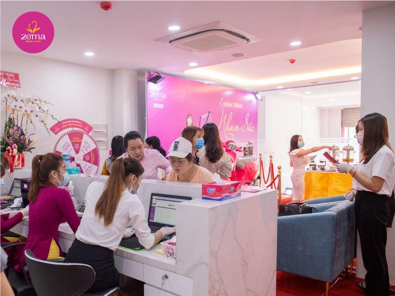 Khách hàng đến đăng kí dịch vụ tại Zema Việt Nam