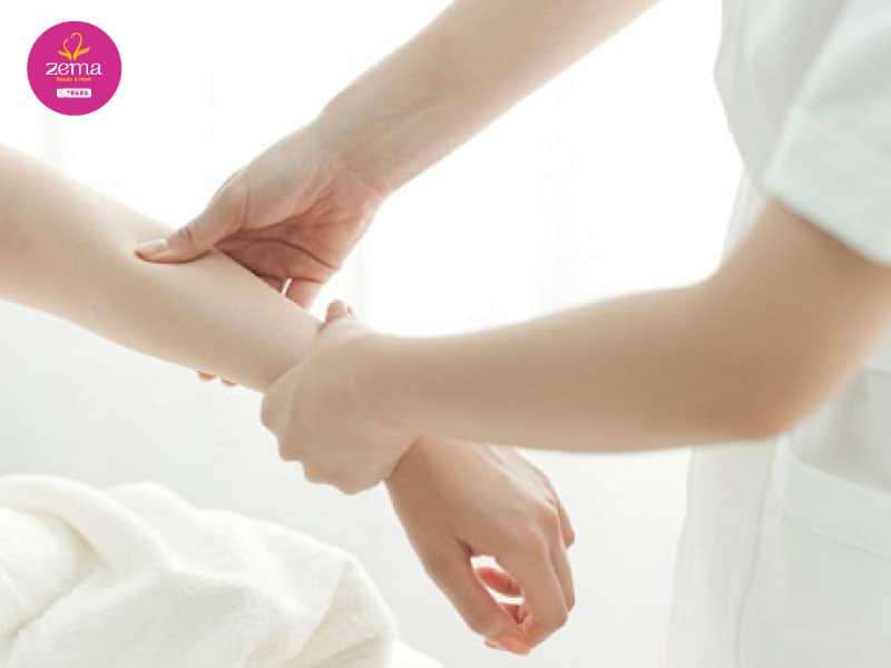 Triệt lông tay không đúng cách sẽ làm lông mọc nhiều và lỗ chân long to hơn
