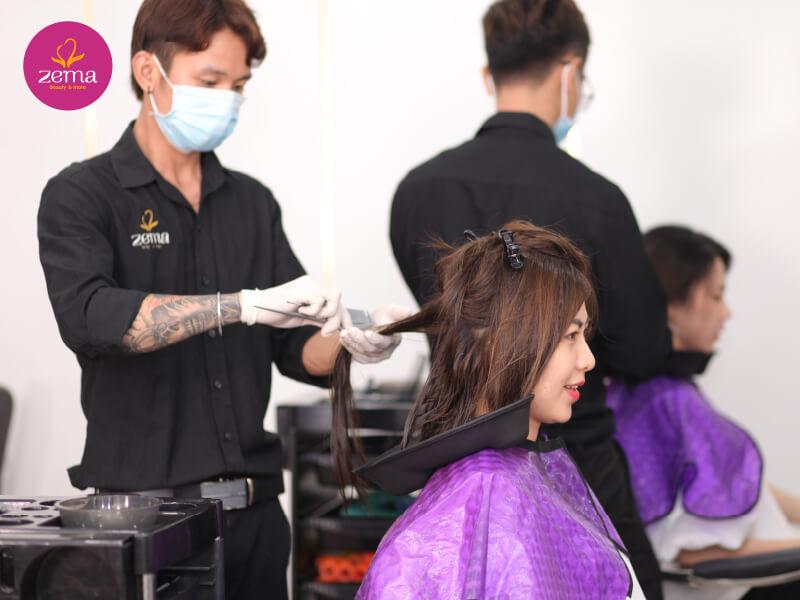 Khách hàng thực hiện uốn phồng chân tóc tại Zema Việt Nam