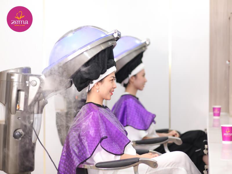 Khách hàng chăm sóc tóc tại Zema Việt Nam với không gian tiêu chuẩn Châu Âu