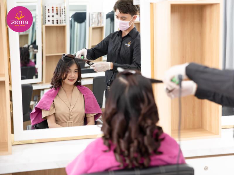 Khách hàng trải nghiệm uốn tóc tại Zema Việt Nam